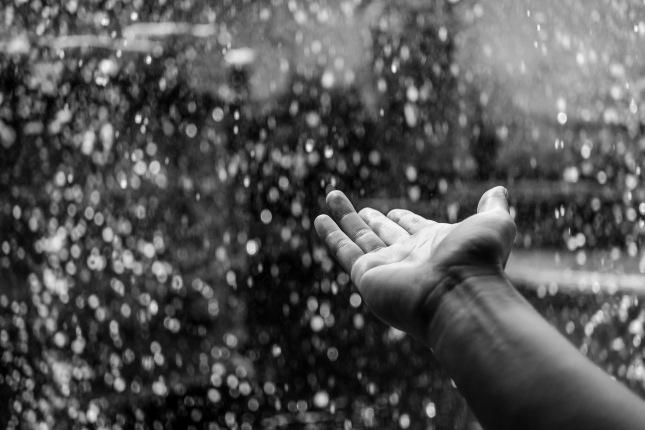 Mano-lluvia-pexels